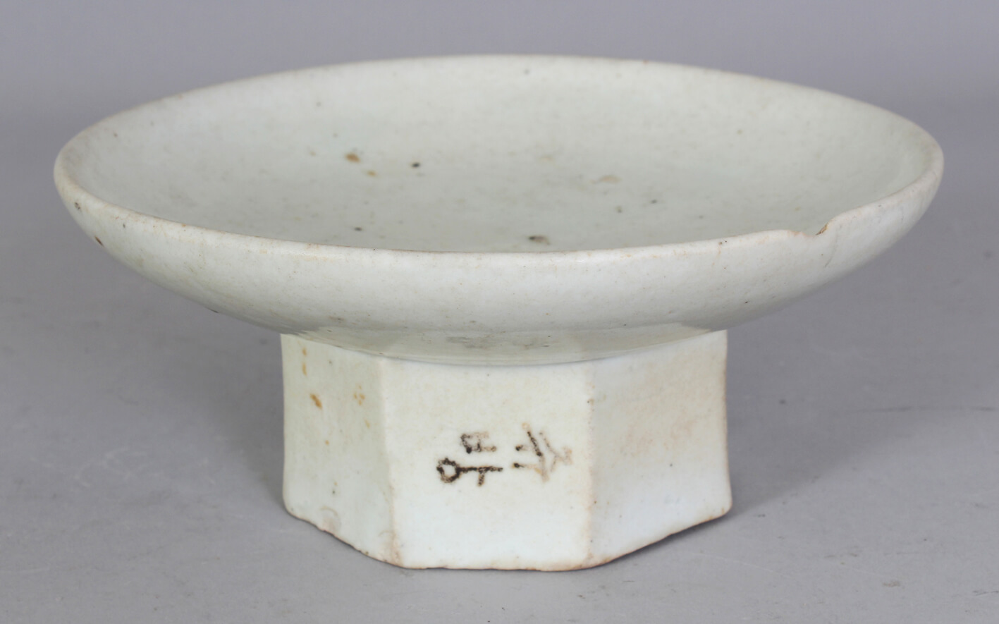 A good 18th/19th century Korean porcelain cake stand/Auctioneers and Valuers