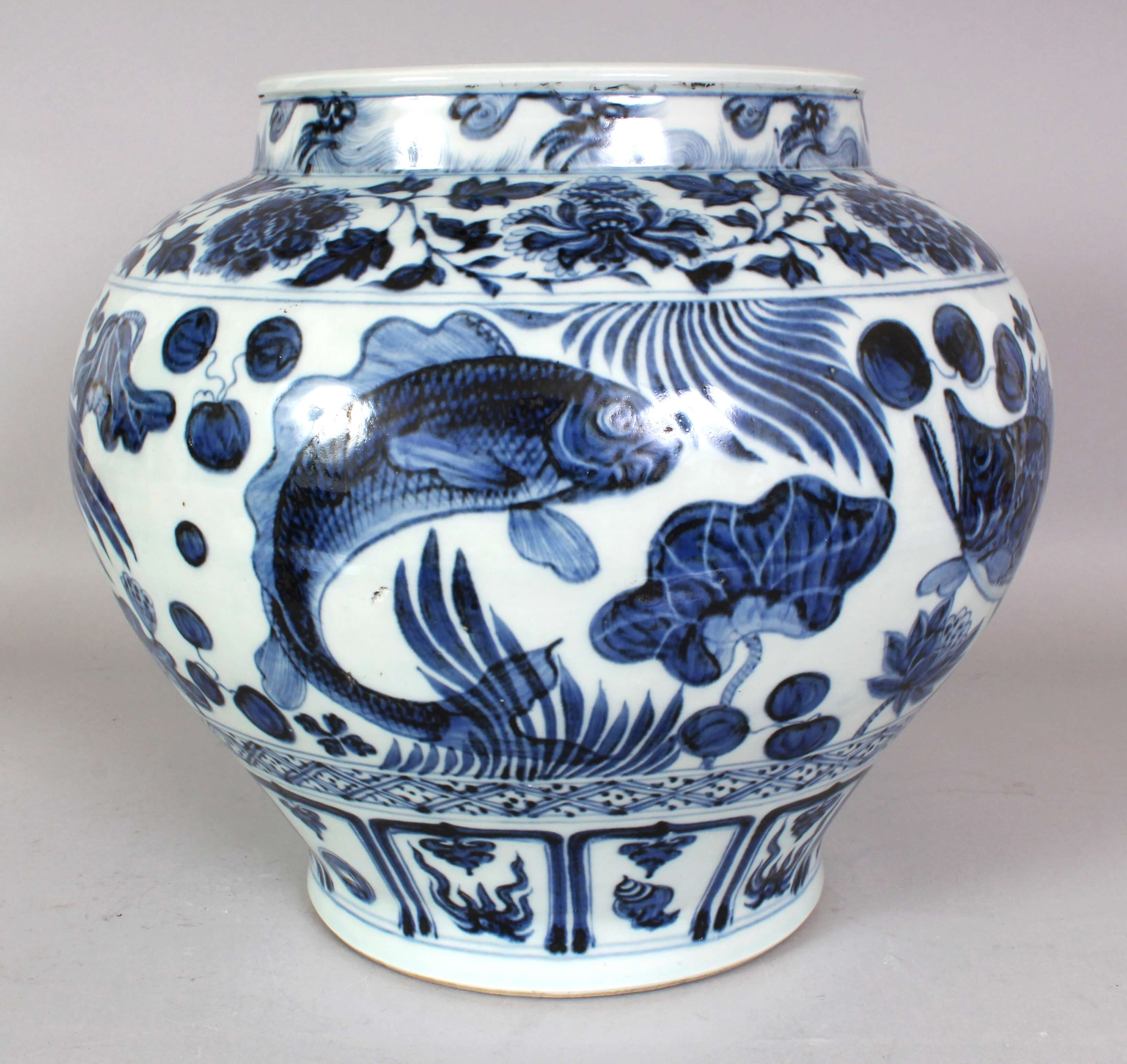 A large Chinese Yuan style blue & white porcelain carp jar/Auctioneers and Valuers