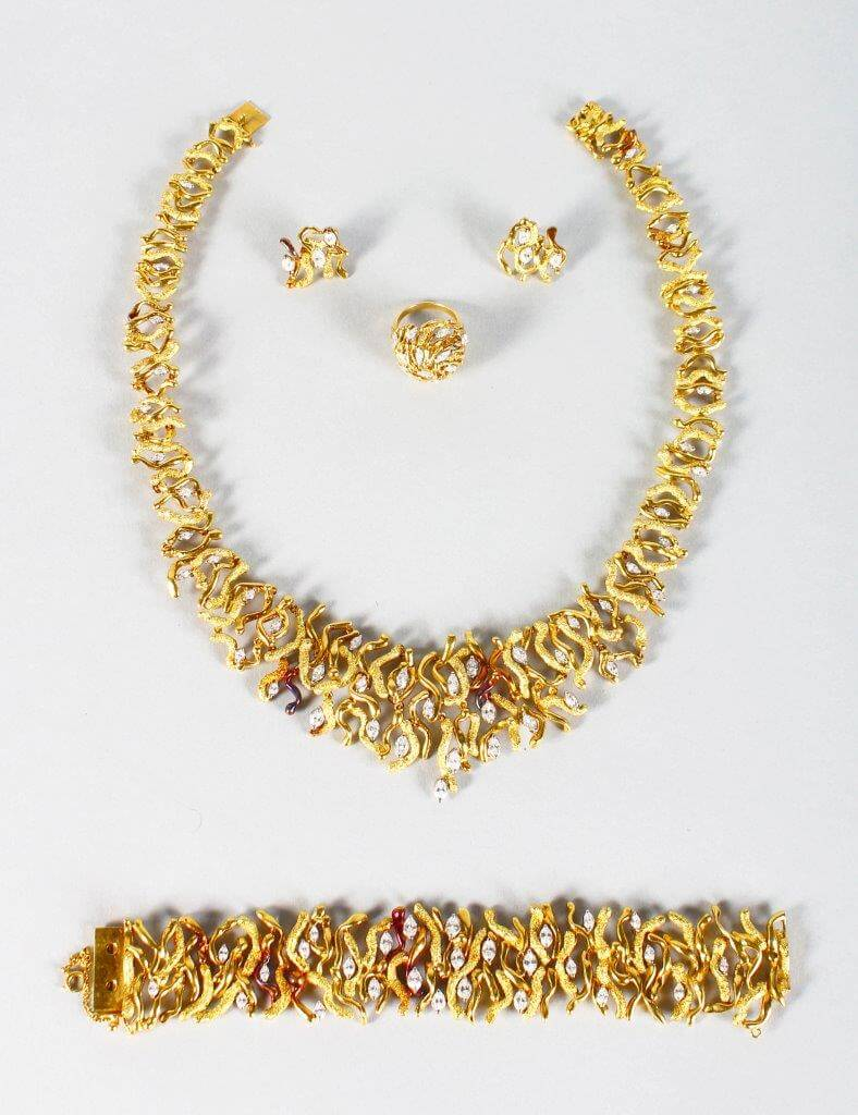 A suite of 19ct yellow gold jewellery by John Donald/Auctioneers and Valuers