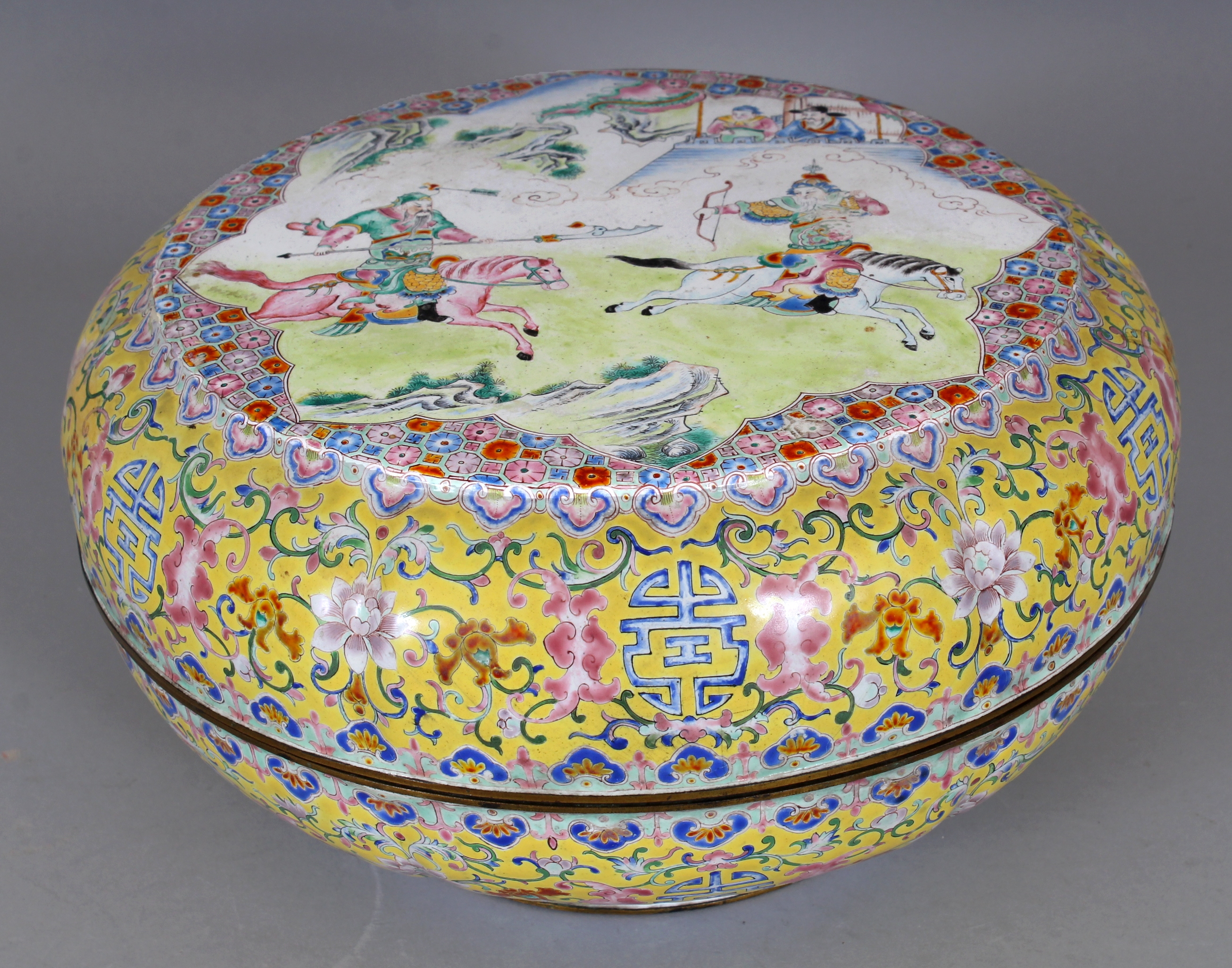 A good large 18th/19th century Chinese Canton enamel circular box and cover/Auctioneers and Valuers