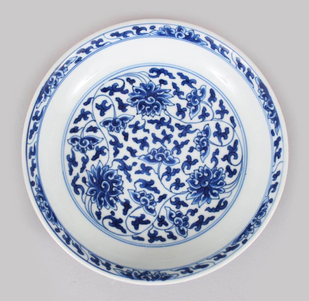 A small 17th Kangxi century Chinese blue and white Lotus dish. /Auctioneers and Valuers